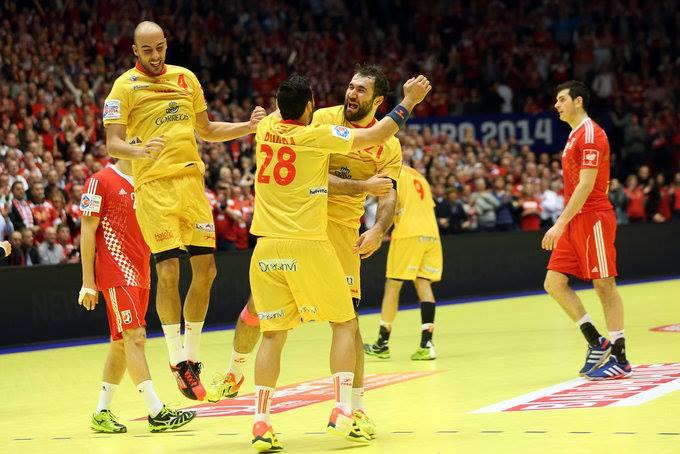 Cañellas, aqui com Roca (4) e Rivera (28), foi o melhor marcador da competição e ajudou a Espanha a levar o bronze / Fonte: Den2014.ehf-euro.com/