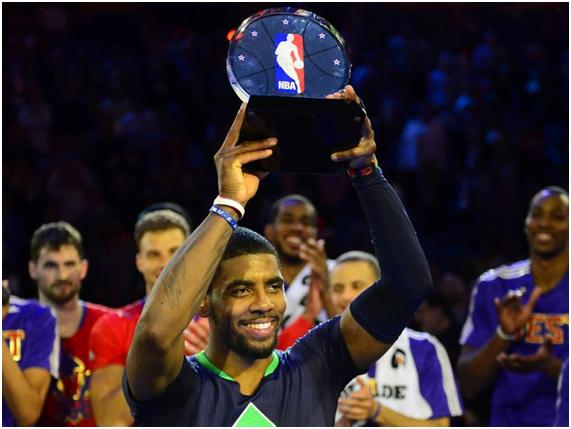Kyrie Irving foi justamente coroado MVP do jogo dos All-Stars e mereceu a ovação por parte das outras estrelas Fonte: @NBA