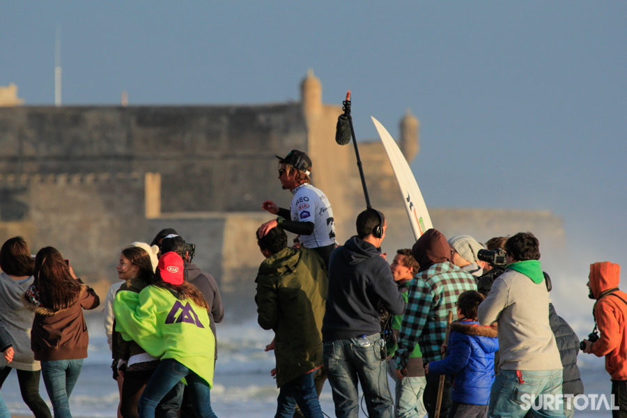 Nic a festejar a sua vitória na Praia de Carcavelos junto com os amigos. Fonte: Surftotal.com
