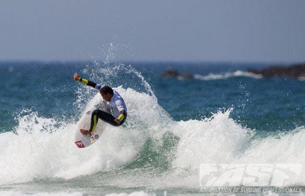 Vasco Ribeiro a descolar em mar australiano. Fonte: Aspworldtour.com