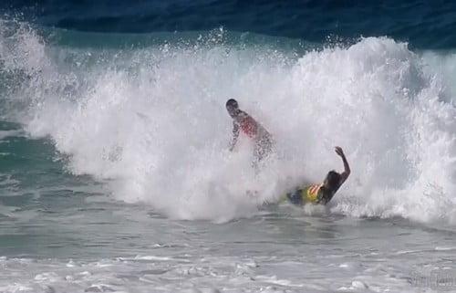 Momento do choque entre os dois surfistas. Fonte: Oglobo.globo.com/