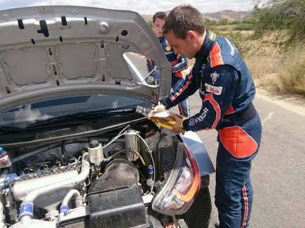 """O momento em que Nicolas Gilsoul (co-piloto do belga) tenta arrefecer os """"ânimos"""" do motor.  Fonte: Autosport.pt"""