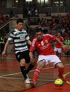 Nené e Caio Japa numa disputa acesa pela posse de bola, com o jogador encarnado a levar vantagem. Fonte: Slbenfica.pt