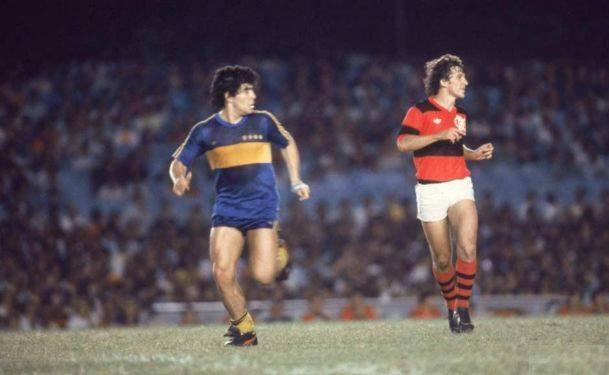 Maradona na sua primeira passagem pelo clube num jogo contra o Flamengo de Zico Fonte: Revista ALFA