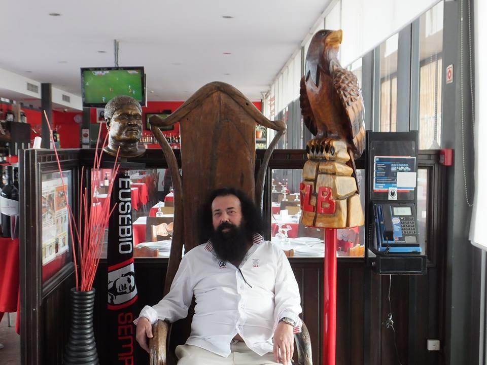 """""""Barbas"""" sentado no seu """"trono"""": a águia e as referências a Eusébio são duas presenças constantes neste templo consagrado ao benfiquismo"""