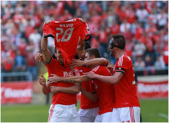 União do plantel numa mensagem de força para Sílvio Fonte: Facebook do Sport Lisboa e Benfica