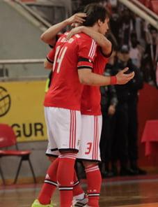 Alan Brandi e Ricardo Fernandes (2 dos marcadores) festejam 1 golo da sua equipa. Fonte: Slbenfica.pt