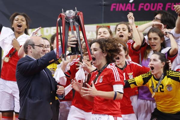 Festejos da equipa de futsal feminino do Benfica após conquistar a Taça de Portugal. Fonte: www.fpf.pt