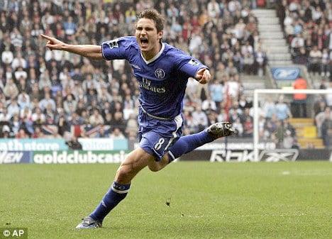 Lampard celebra o golo que marcou o início da era mais gloriosa do Chelsea Fonte: AP/Dailymail