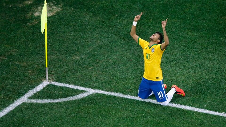Neymar agradecendo a ajuda divina. Fonte: FIFA
