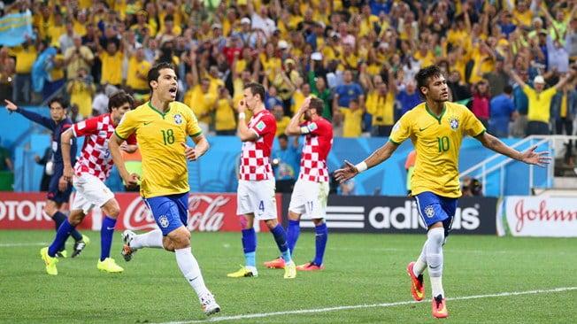 Após converter a grande penalidade, Neymar festeja. Fonte: FIFA