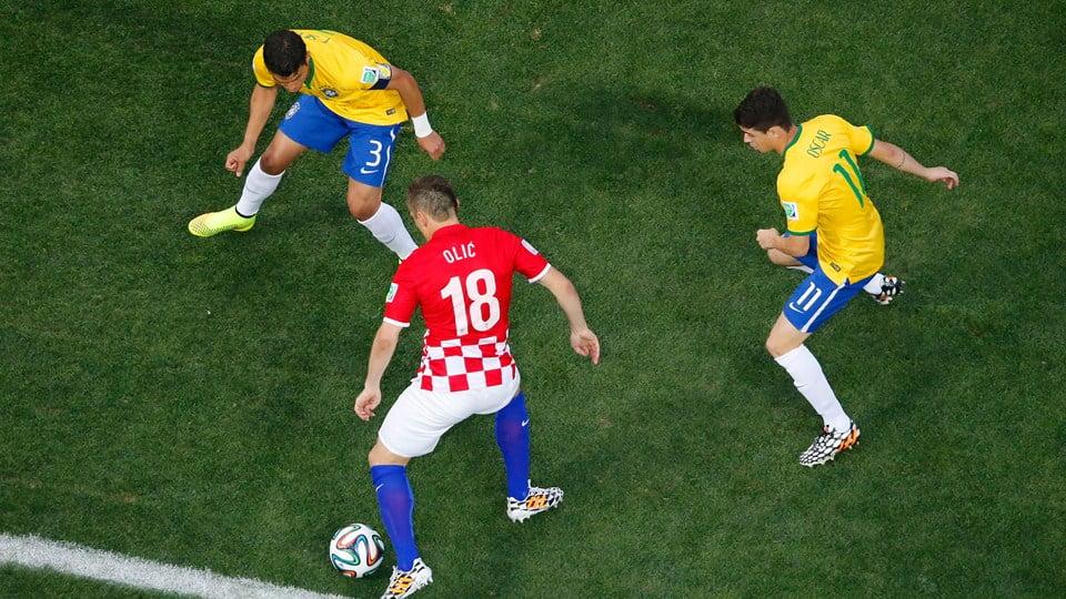 Olic foi sempre um perigo à solta para a defesa brasileira. Fonte: FIFA.