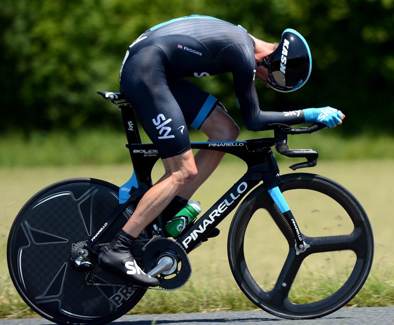 Chris Froome durante o contra relógio da primeira etapa  Fonte: cyclingnews.com