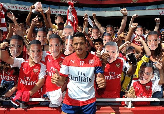 A febre Alexis quando o chileno chegou ao Emirates <br> Fonte: gunnerthailand.com
