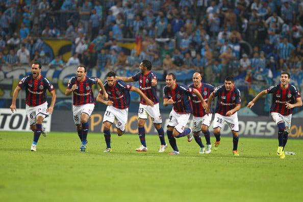 A festa dos argentinos depois do desempate por grandes penalidades frente ao Grémio  Fonte: zimbio.com
