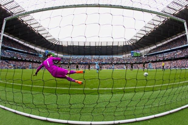 Aguero marcou dois penalties e falhou um  Fonte: The Guardian