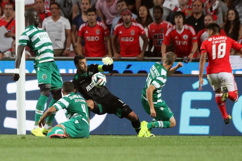 Não merecerá Rosell mais oportunidades se comparado com Sarr, na foto, ou Maurício, fora dela? Fonte: Sporting
