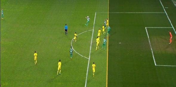 Neste lance, Montero marca e vê o golo anulado. Slimani, numa posição de limite, não tem interferência no lance.