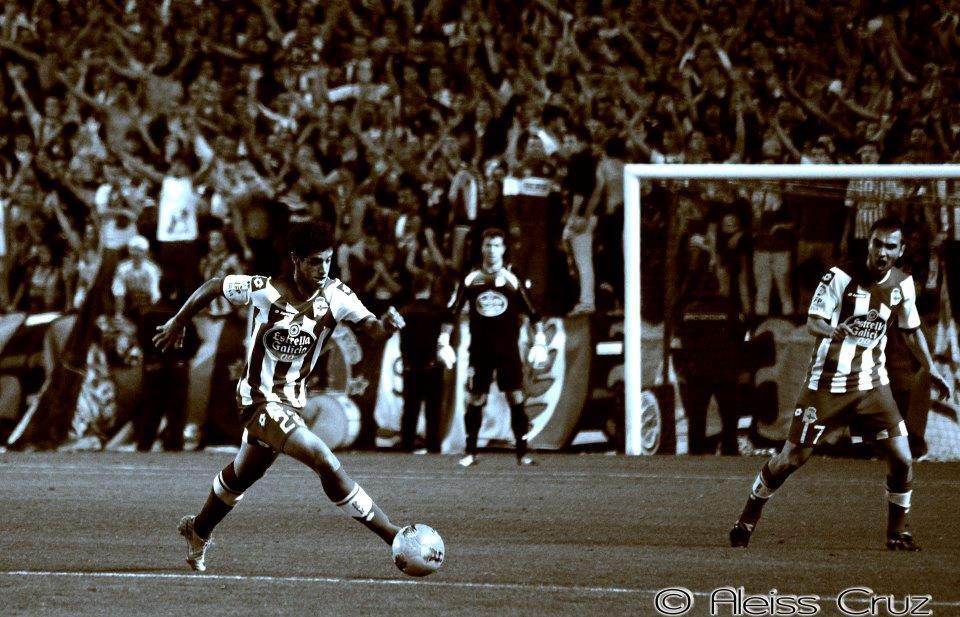 Diogo Salomão e os adeptos do Deportivo como fundo