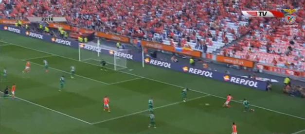 Repare-se na distância entre Sarr, que sai na contenção a Salvio, e Maurício que não fecha o espaço interior. Outros lances como o 2º golo do Schalke em Alvalade também serviriam de exemplo