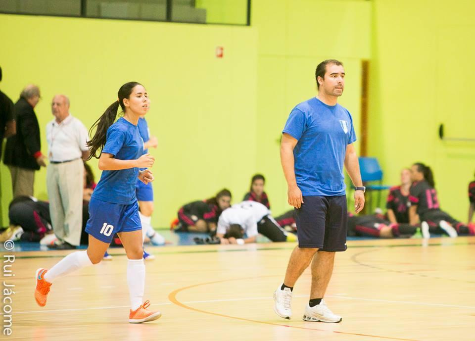 O treinador Bruno Fernandes viu-se obrigado a deixar a carreira de jogador, investindo na sua formação como treinador Fonte: Facebook do futsal feminino do AEISTécnico