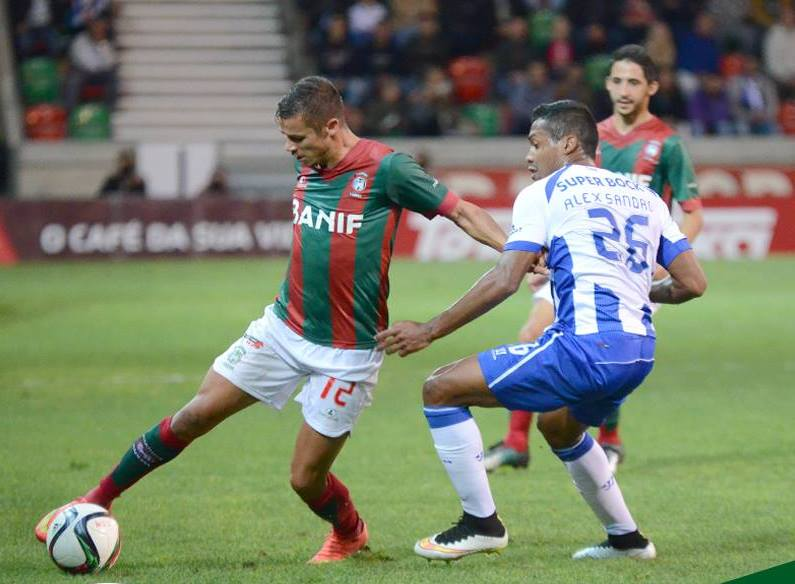 Alex Sandro (esq.) foi um dos piores em campo Fonte: Facebook Oficial do CS Marítimo