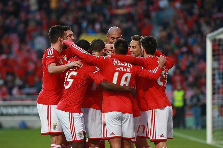 Os jogadores encarnados após mais um remate em direcção à contínua liderança Fonte: Facebook do SL Benfica