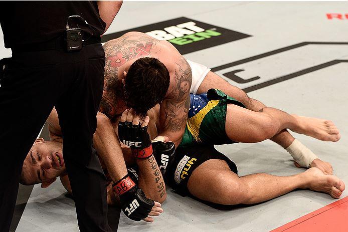 """Mir, com um gancho e diversas cotoveladas, facilmente quebrou """"Bigfoot"""", que não teve tempo para corresponder ao nome Fonte: UFC"""
