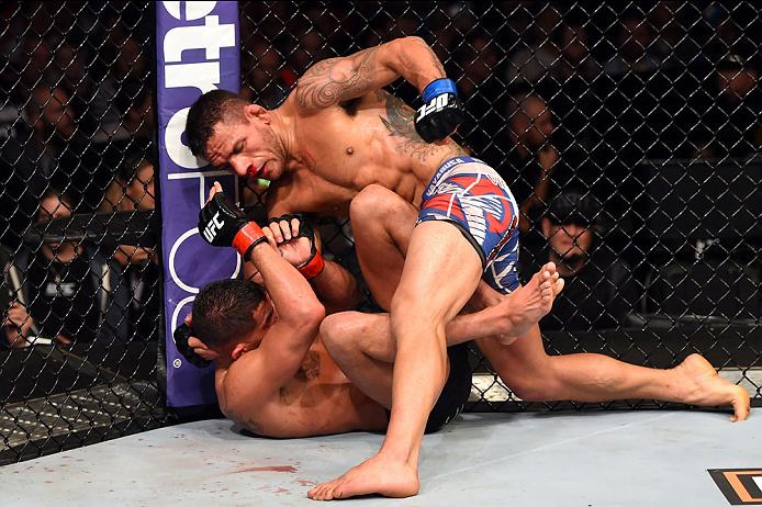 O combate só teve um sentido: o de Dos Anjos. Controlou o combate de início ao fim, vencendo o título por unanimidade Fonte: UFC