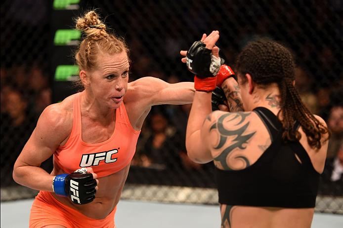 Apesar da vitória, Holly Holm (à esquerda) não correspondeu às expectativas e mostrou que ainda tem muito trabalho pela frente se quiser chegar ao topo da divisão Fonte: UFC