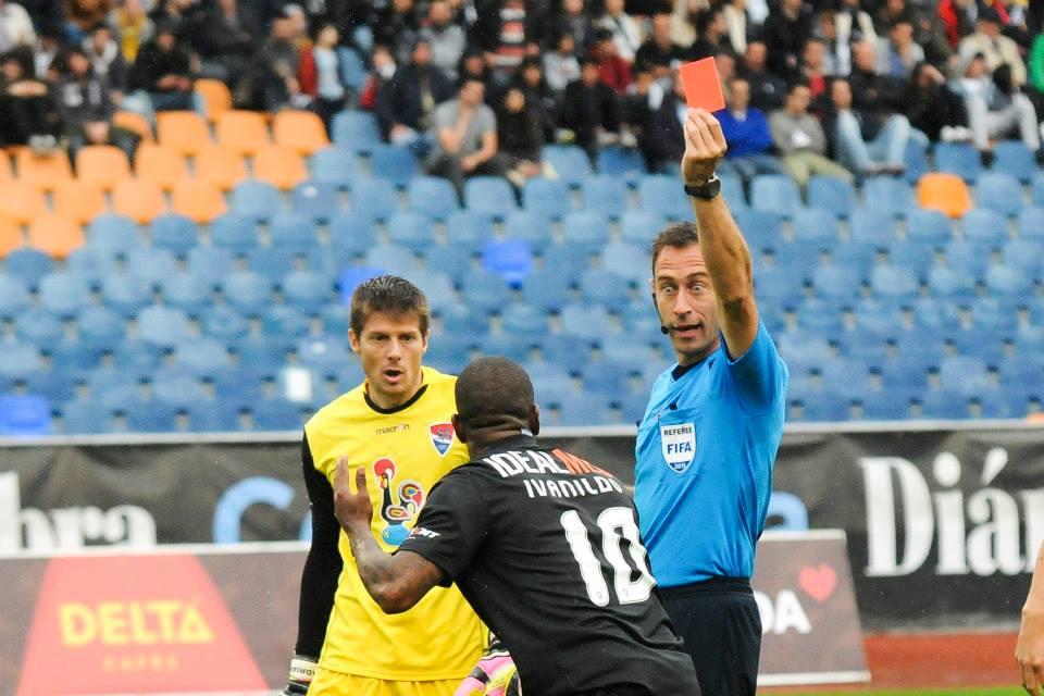 O jogo acabou para a Académica quando Ivanildo foi expulso Fonte: Facebook da Académica de Coimbra