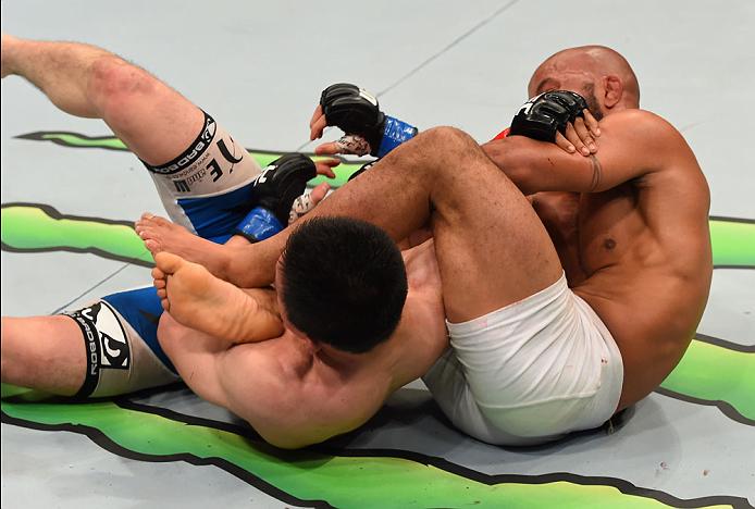 """Demetrious """"Mighty Mouse"""" Johnson (calções brancos) a fechar a Chave de Braço que, no último segundo da luta, lhe deu a vitória Fonte: UFC"""