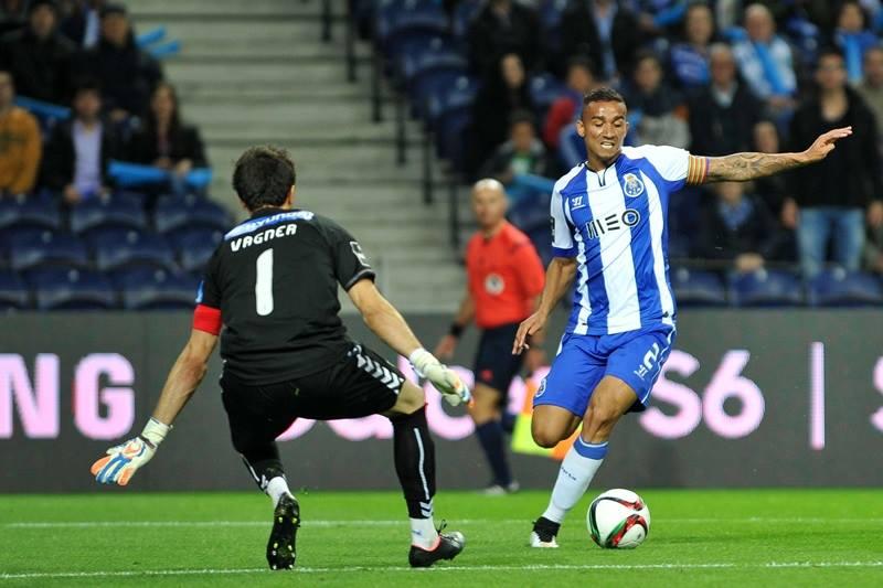 No duelo de capitães brasileiros, o lateral portista levou a melhor  Fonte: Facebook do FC Porto