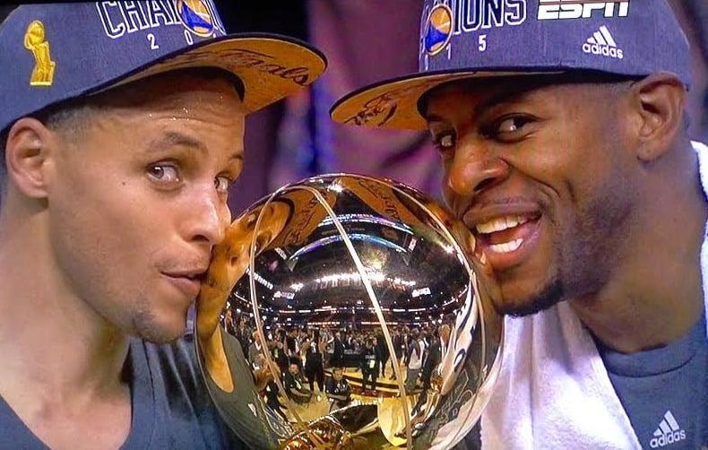 """Steph Curry (esquerda) e Andre Igoudala (direita) foram dois foram os principais """"obreiros"""" do título dos Warriors Fonte: bayareasportsguy.com"""