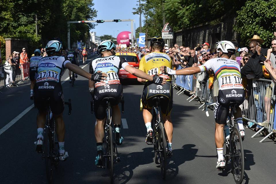 A foto do Tour, até agora. O alento e a preocupação dos colegas de Tony Martin após a queda que o levou a abandonar a corrida Fonte: Facebook da Portuguese Cycling Magazine