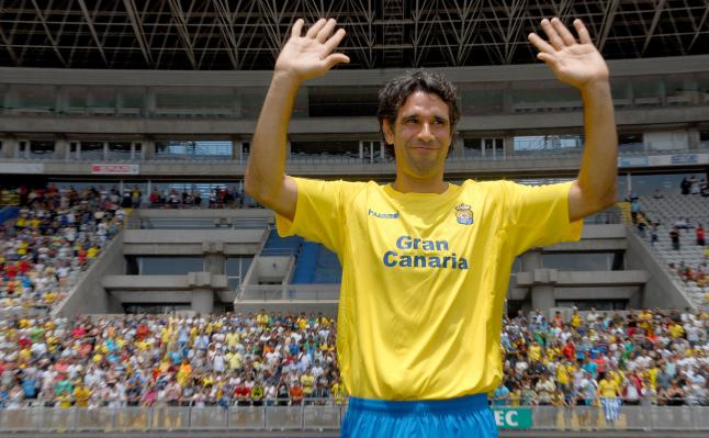 Mais de 3000 adeptos saudaram o regresso de Valerón ao UD Las Palmas em 2013  Fonte: www.laopinioncoruna.es