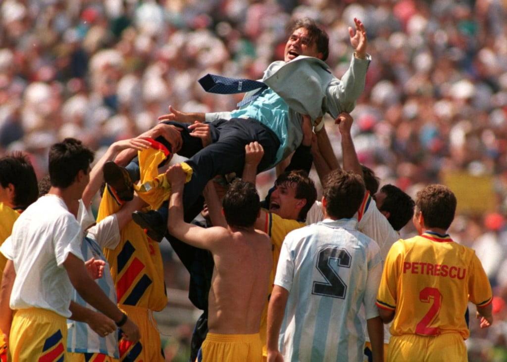 Anghel Iordanescu levado em braços após a vitória da selecção romena sobre a Argentina no Mundial de 1994 Fonte: Sportnews.libertatea