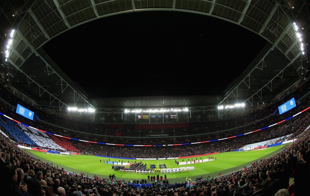 """80.000 pessoas de nacionalidades diferentes cantaram a uma só voz """"A Marselhesa""""... mais importante que o futebol é a Humanidade. Fonte: England Football Team"""