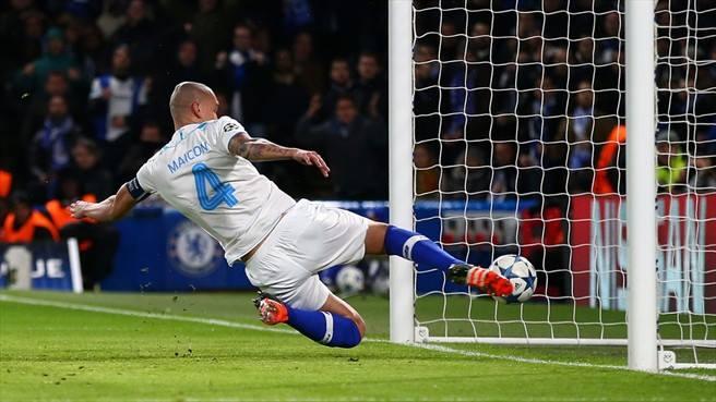 Maicon não conseguiu impedir o primeiro golo Fonte: Champions League