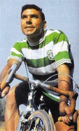Joaquim Agostinho foi o maior ciclista português de todos os tempos e a sua glória nunca será esquecida em Alvalade. Sofreu o acidente que originou a sua morte com a camisola verde-e-branca vestida Fonte: Fórum SCP