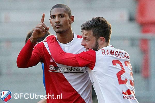 Imagem comum esta época: Haller marca e deixa a euforia para os adeptos e colegas de equipa Fonte: FC Utrecht