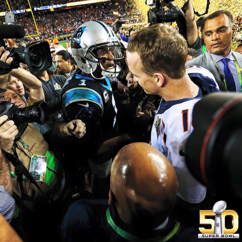 Peyton Manning e Cam Newton protagonizaram um dos momentos mais marcantes do SB50 Fonte: NFL