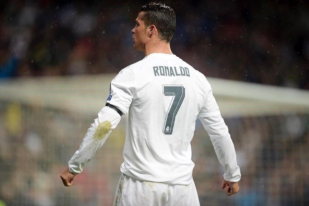 Punho fechado e uma veia a querer saltar do pescoço, assim se remonta. Fonte: Facebook Oficial de Cristiano Ronaldo