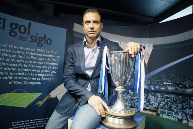 """Juan Esnáider ao lado da """"Recopa"""" conseguida pelo Real Zaragoza em 1995 Fonte: zetaestaticos.com"""