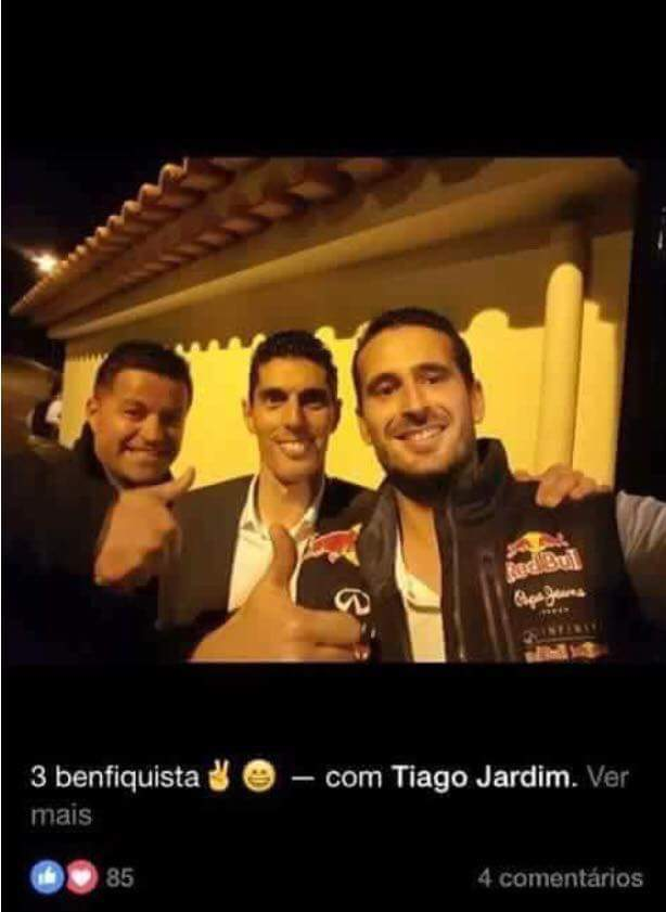 Entretanto, o árbitro do jogo do Benfica é apanhado desta maneira nas redes sociais