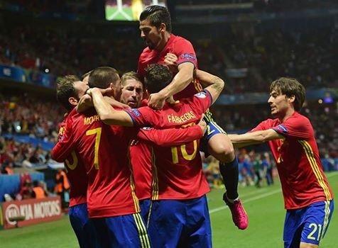 Os jogadores da Espanha celebram mais um golo Fonte: UEFA