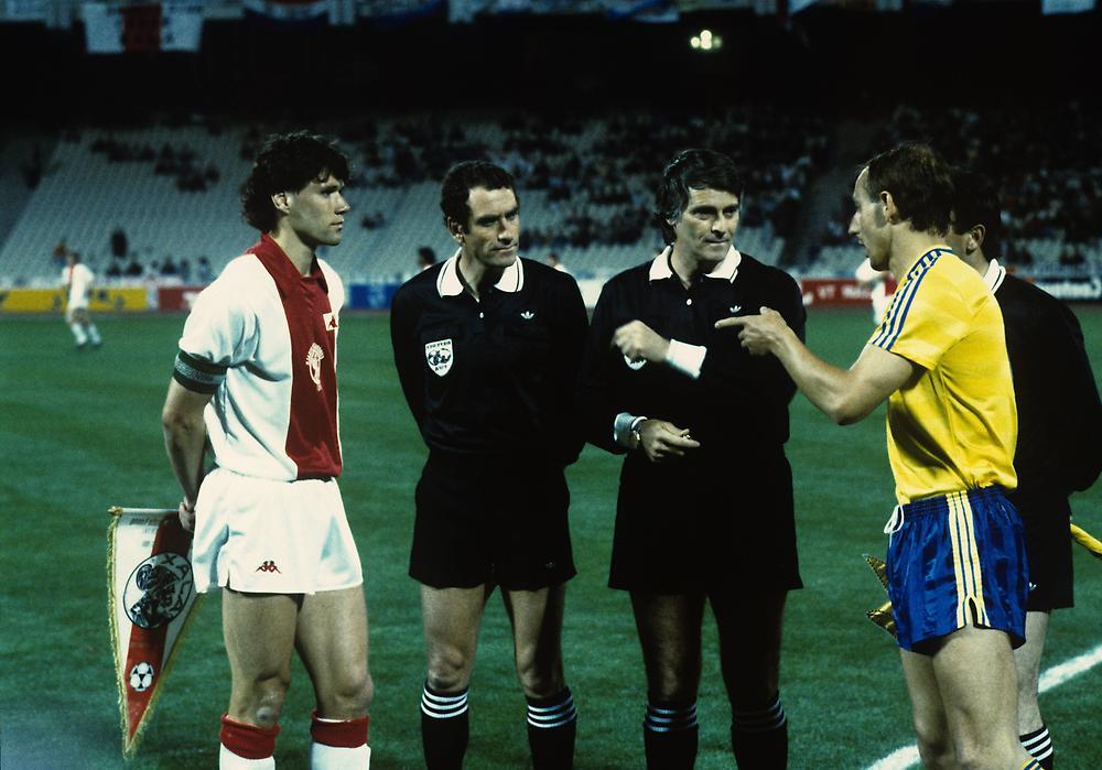 Marco Van Basten e Frank Baum, os capitães de equipa na final de 1987 em Atenas Fonte: bilder3.n-tv.de