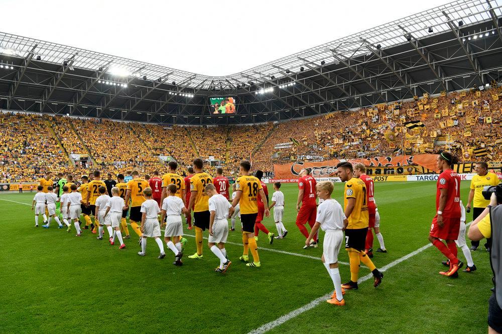 Momento de entrada em campo do SG Dynamo Dresden e do RB Leipzig Fonte: SG Dynamo Dresden