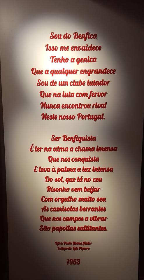 O hino do Sport Lisboa e Benfica escrito de forma imperial na loja da baixa lisboeta. Fonte: Pedro Estorninho