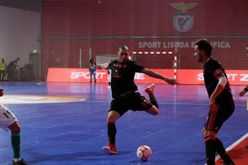Um dos poucos aspectos que diferencia Elisandro de Éder Lima. O pivot do Benfica é esquerdino, enquanto o internacional russo é destro Fonte: SL Benfica